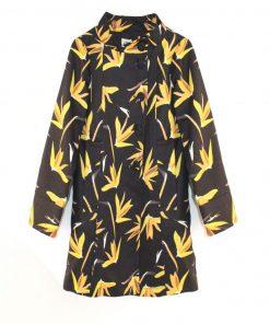 abrigo negro para mujer con estampado de flores amarillas