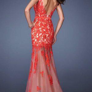 Vestido de fiesta largo de encaje rojo y espalda escotada.