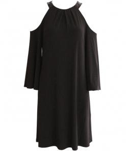 vestido negro corto con hombros descubiertos