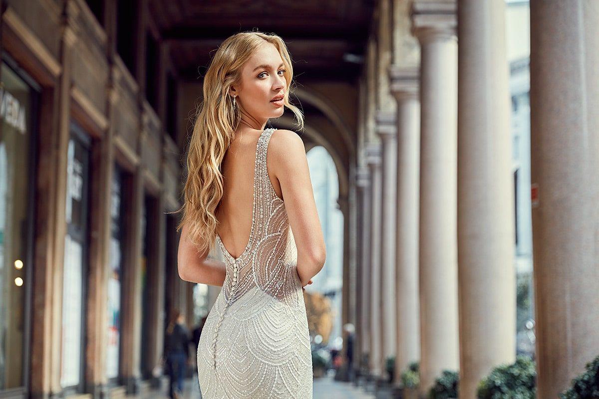 vestido de novia estilo sirena con brillantes y espalda descubierta