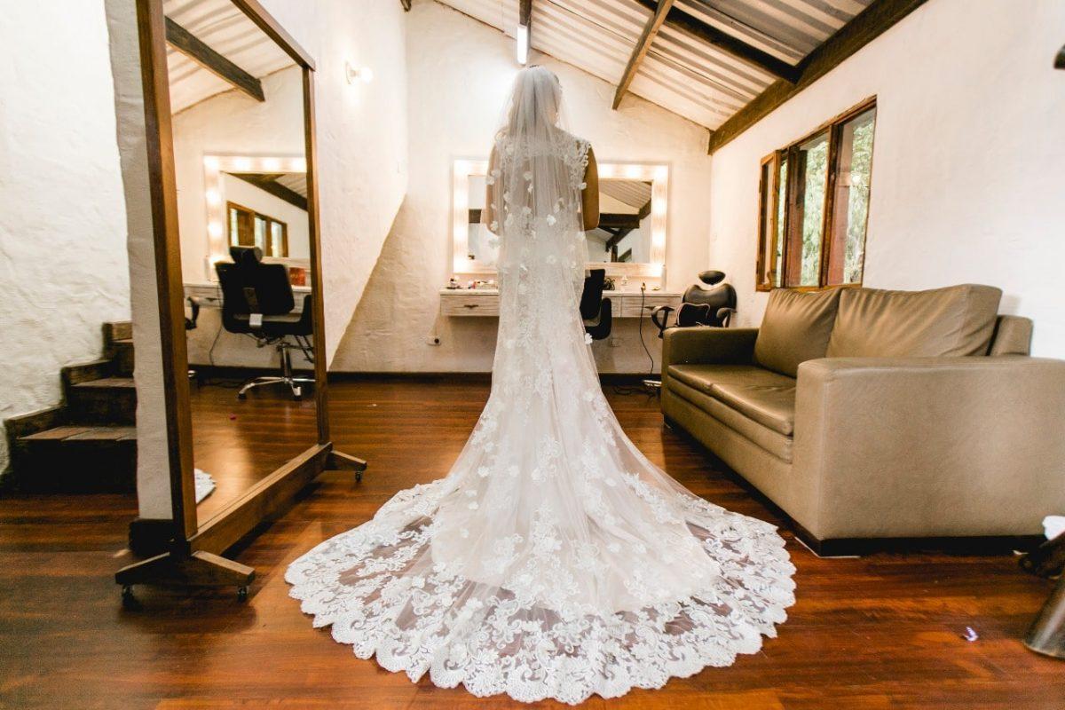 vestido de novia estilo sirena color champaña con cola larga y encaje marca eddy k