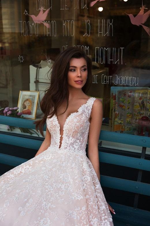 Vestido de novia con escote profundo disponible para alquiler en bogota