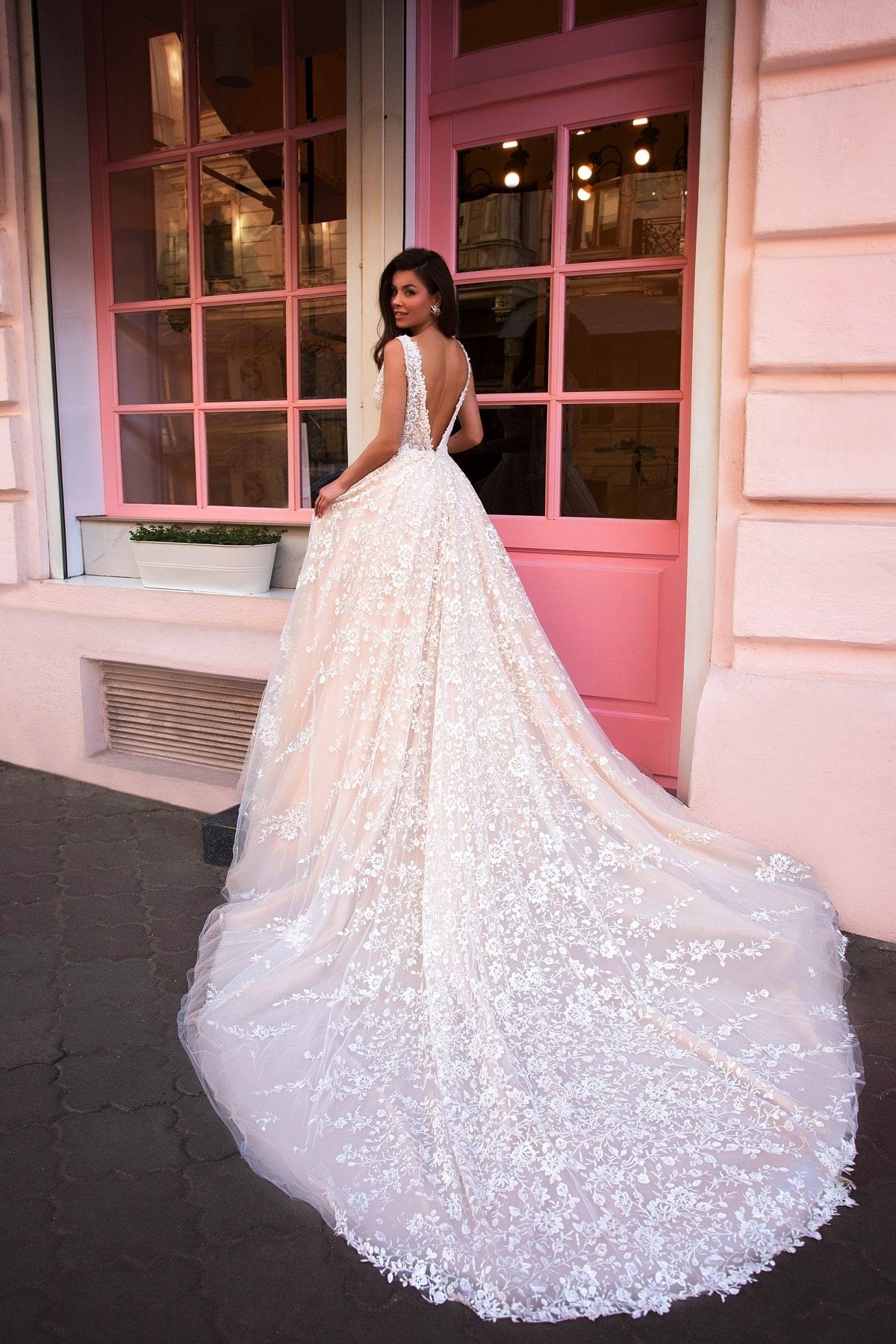 vestido de novia linea a con escote profundo en la espalda