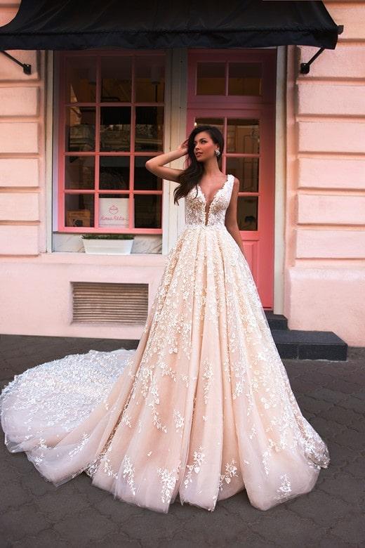 Vestido de novia de silueta en A con escote profundo