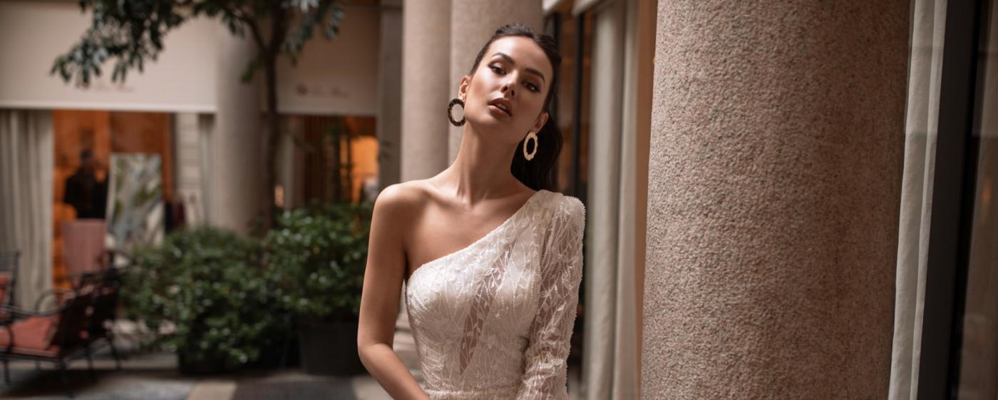 vestido de novia con escote asimetrico