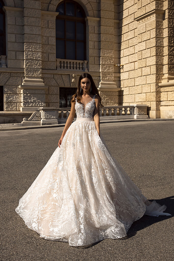 vestido de novia linea a con cinturón y escote profundo para alquiler en bogota