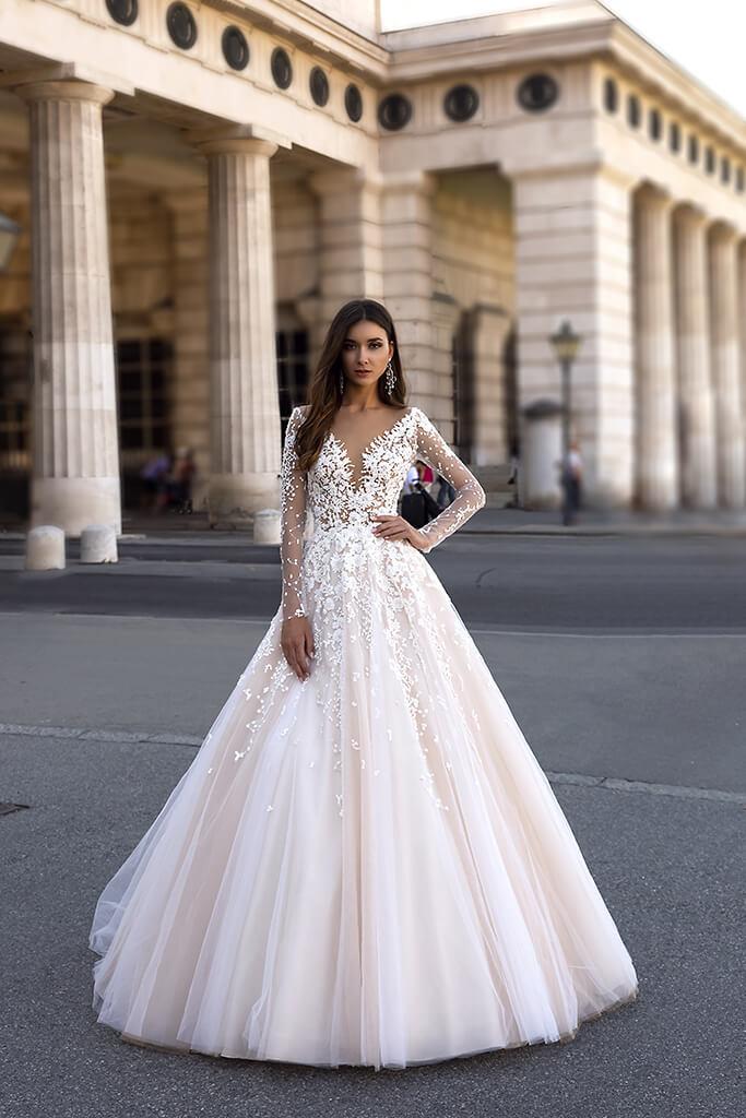 vestido de novia con silueta en A y con mangas disponible para alquiler en Bogota