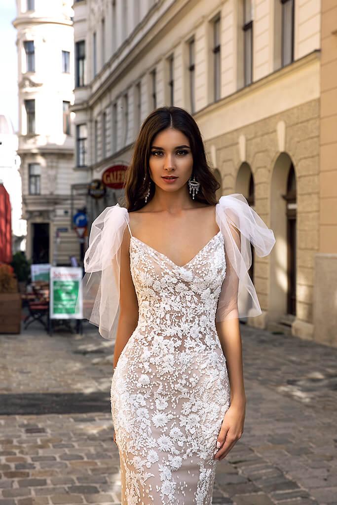 vestido de novia para alquiler en Bogota, sirena, con escote en v y moños sobre los hombros