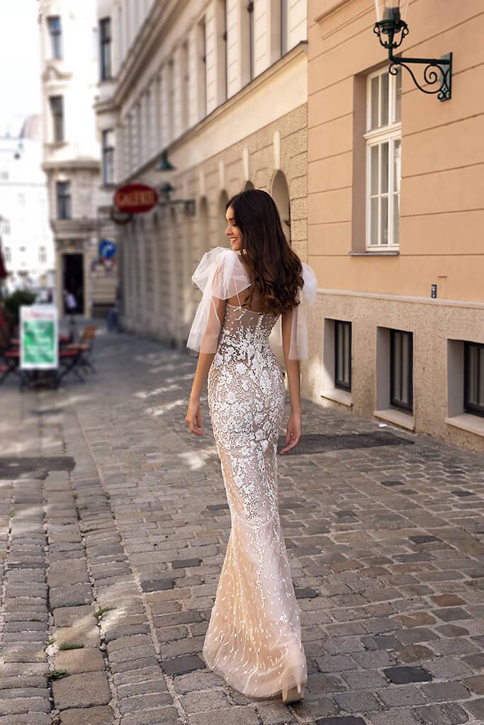 vestido de novia estilo sirena con moños sobre los hombros disponible para alquiler en bogota