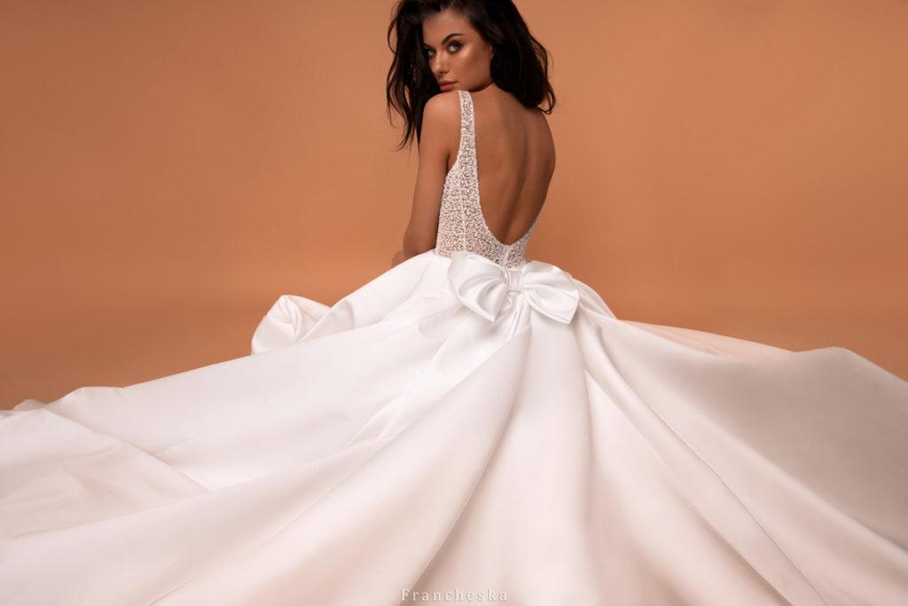 vestido de novia princesa con falda sencilla y moño colección 2020