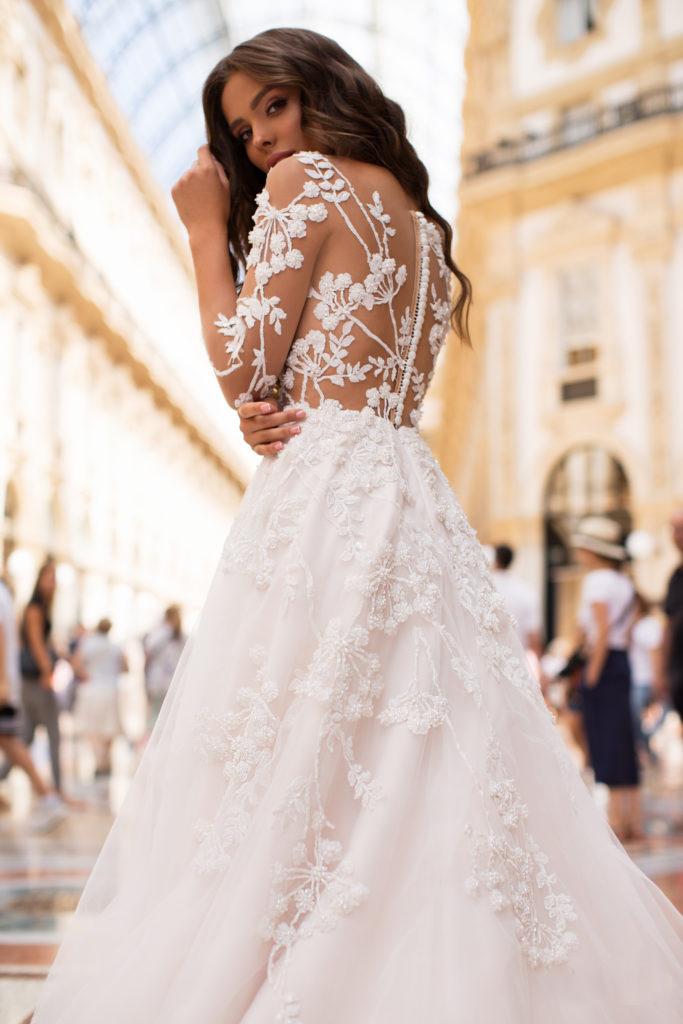 vestido de novia con efecto tatuaje en la espalda disponible para alquiler en bogota