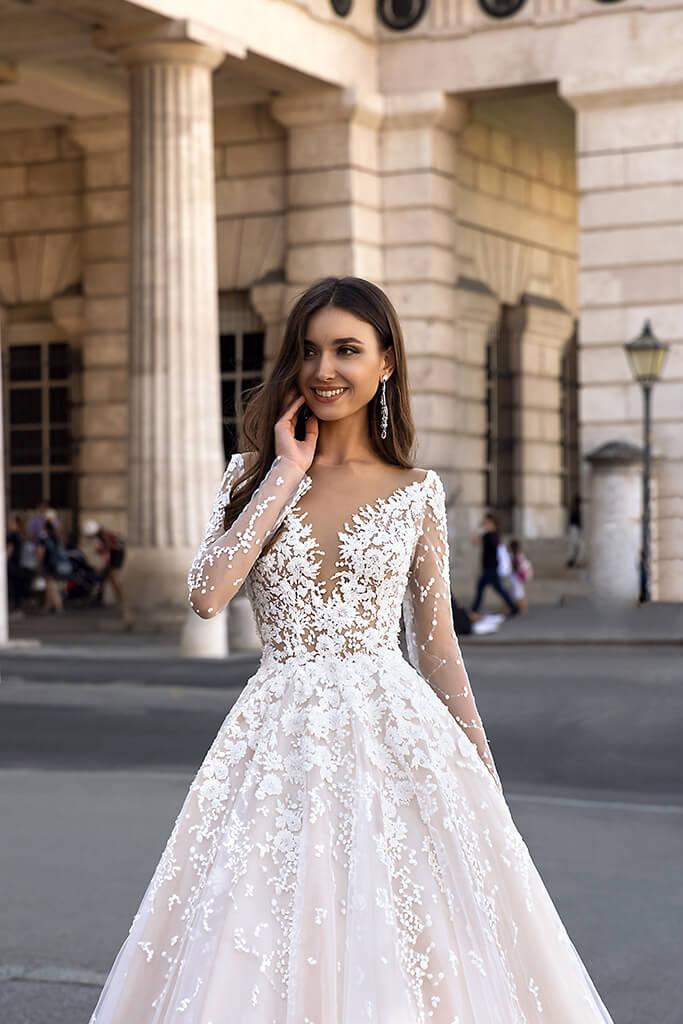 Vestido de novia princesa con mangas y escote profundo colección 2020