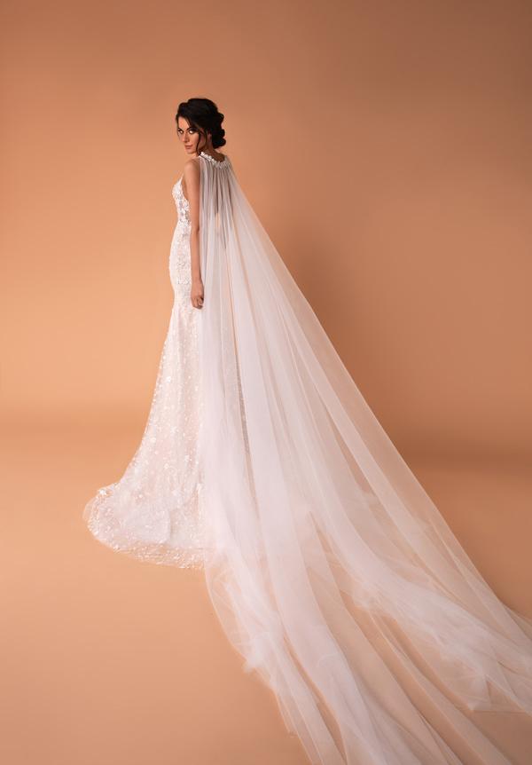 vestido de novia sirena con capa disponible para alquiler en Bogota